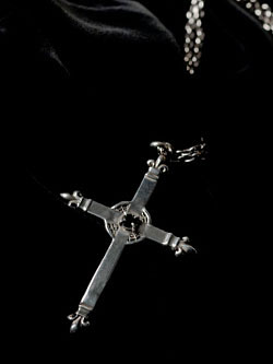 『Lily Motif Cross with Black Zirconia』 ペンダント